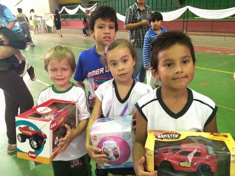Alunos do CEM Beija-Flor recebem Papai Noel na escola e ganham presentes (1)