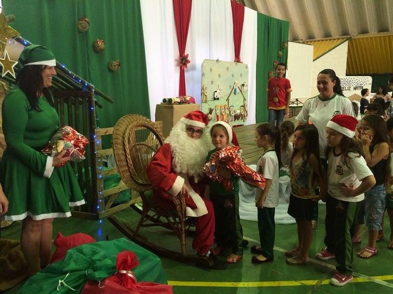 Alunos do CEM Beija-Flor recebem Papai Noel na escola e ganham presentes (3)