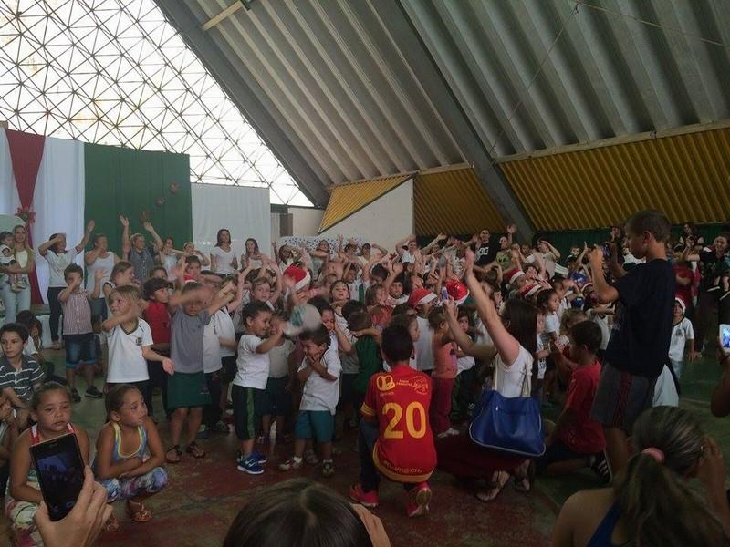 Alunos do CEM Beija-Flor recebem Papai Noel na escola e ganham presentes (4)