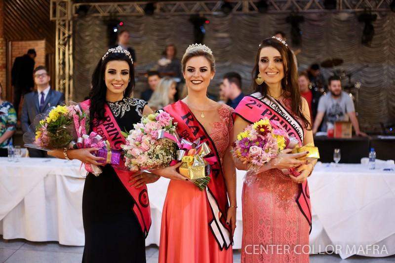 Rainha ao centro, 1ª princesa à esquera e 2ª princesa à direita