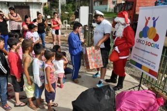 Circo Social realiza entrega de presentes em comunidades de Rio Negro e Mafra (1)