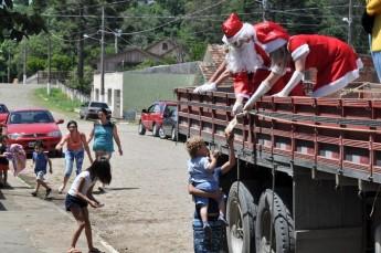 Circo Social realiza entrega de presentes em comunidades de Rio Negro e Mafra (15)