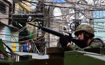 Militares patrulham a comunidade da Rocinha, no Rio, desde a sexta-feira (22) (Foto: Rommel Pinto/Agência O Dia/Estadão Conteúdo)