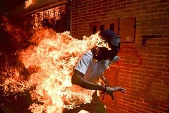 © World Press Photo José Víctor Salazar Balza (28) é fotografado em chamas durante os violentos confrontos com policiais em um protesto contra o presidente Nicolas Maduro, em Caracas, na Venezuela – 03/05/2017