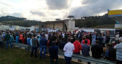 Missa é celebrada junto aos caminhoneiros e agricultores na BR-116 em Mafra (SC)