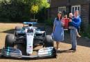 Mercedes leva carro de Hamilton e troféu da vitória na Espanha à casa de fã que inspirou piloto