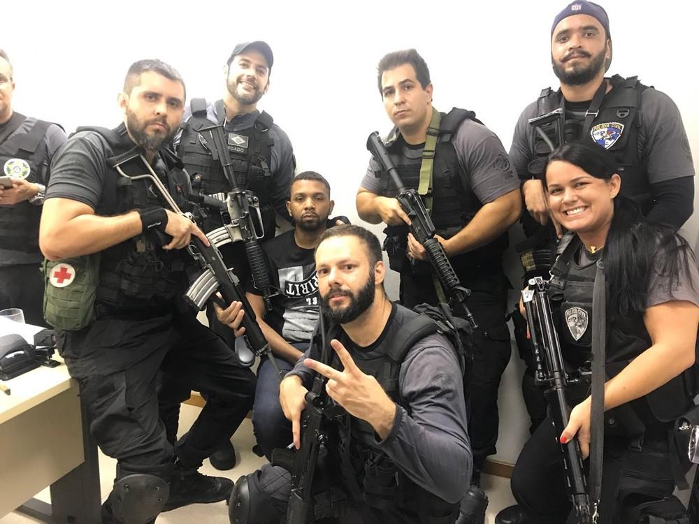 selfie polêmica: Agentes são fotografados ao lado de criminoso (Ferrando aparece à esquerda, de boné, com a mão no ombro de Rogério 157) (Foto: Redes sociais)