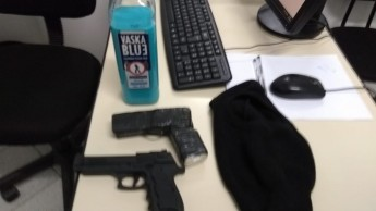 Na foto acima a arma de brinquedo e abaixo uma pistola real