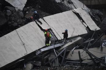 Serviços de emergência trabalham nos escombros de ponte que desabou em Gênova, na Itália (Foto: Luca Zennaro/ANSA via AP)